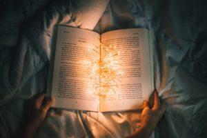 暗闇で読書します。