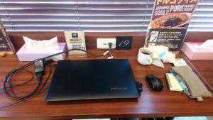 2-5 ノートパソコン一台、飲み物・小物が置けるスペースがありますね。