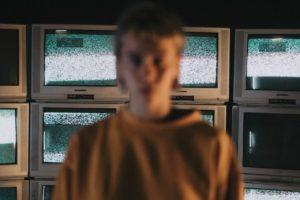 テレビから離れていく若者の画像