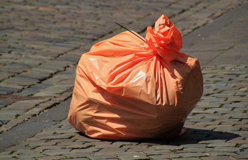 ゴミが入った袋の画像