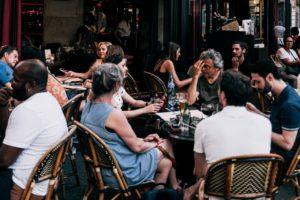 混みあっているカフェの画像