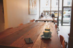 カフェで作業しようと想起させる画像
