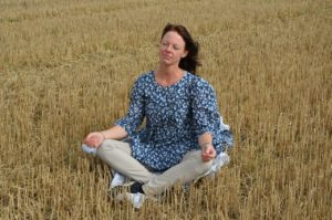 瞑想に集中する女性の画像