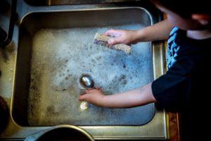 食器を洗う画像