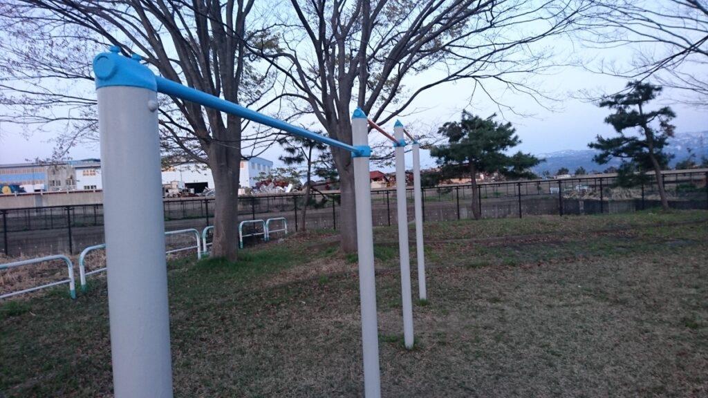公園にある鉄棒 image